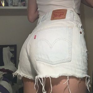 LIGHTWASH LEVI SHORTS